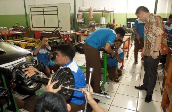 Dukungan Perusahaan Otomotif kepada SMK Otomotif